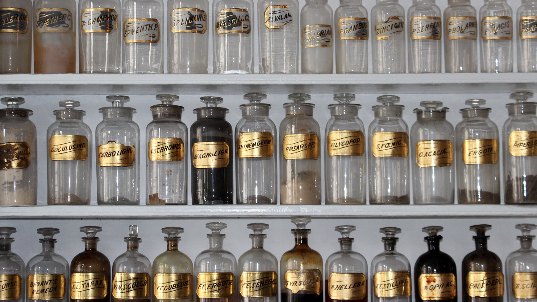 minit-old-medicine-shelf
